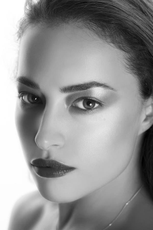 Πορτρέτο ομορφιάς γυναικών σε γραπτό στοκ φωτογραφία