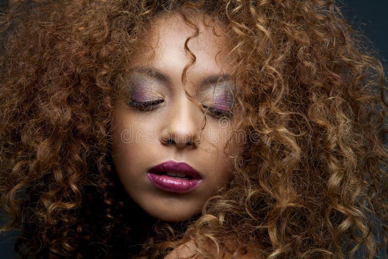 Πορτρέτο ομορφιάς ενός θηλυκού προτύπου μόδας με τη σγουρά τρίχα και το μΑ στοκ φωτογραφία