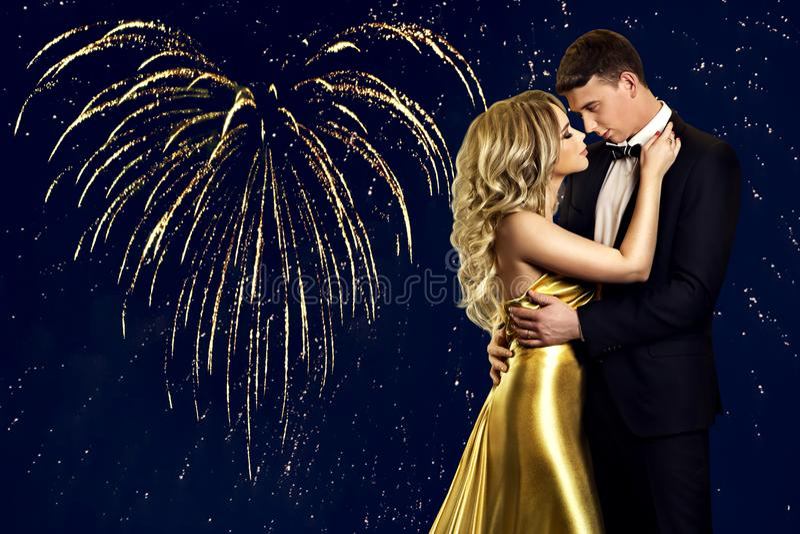 Πορτρέτο ομορφιάς ζεύγους πέρα από τα πυροτεχνήματα καρδιών, φιλώντας άνδρας γυναικών στοκ φωτογραφίες