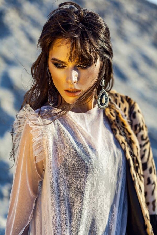 Πορτρέτο ομορφιάς κινηματογραφήσεων σε πρώτο πλάνο της ελκυστικής γυναίκας brunette με το makeup και hairstyle στη διαφανή κάλυψη στοκ φωτογραφία