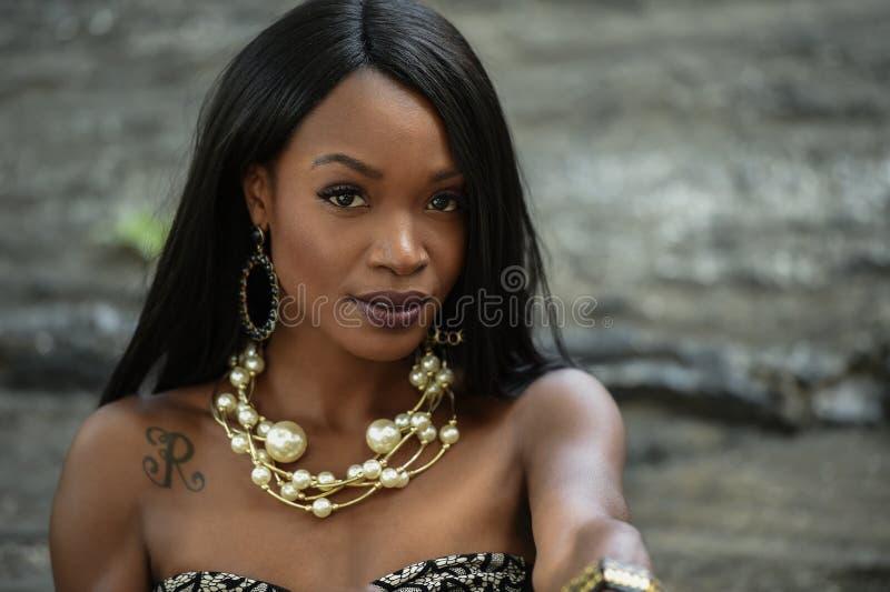 Πορτρέτο ομορφιάς κινηματογραφήσεων σε πρώτο πλάνο του νέου κοριτσιού αφροαμερικάνων στοκ εικόνες