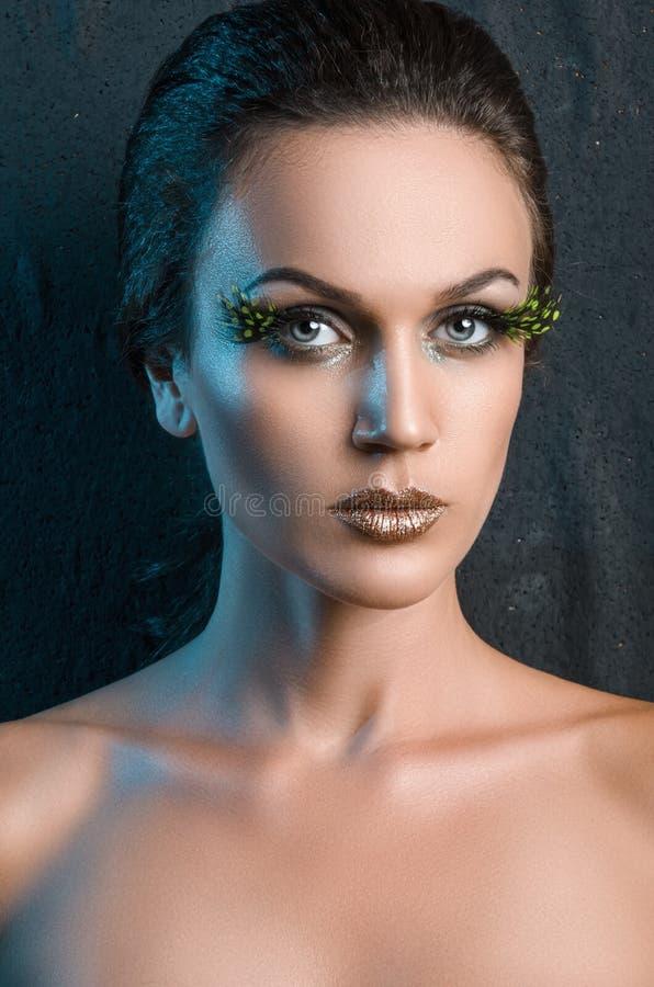 Πορτρέτο ομορφιάς μιας γυναίκας με ένα πλαστό μεγάλο πράσινο φτερό eyelashes στοκ φωτογραφία με δικαίωμα ελεύθερης χρήσης