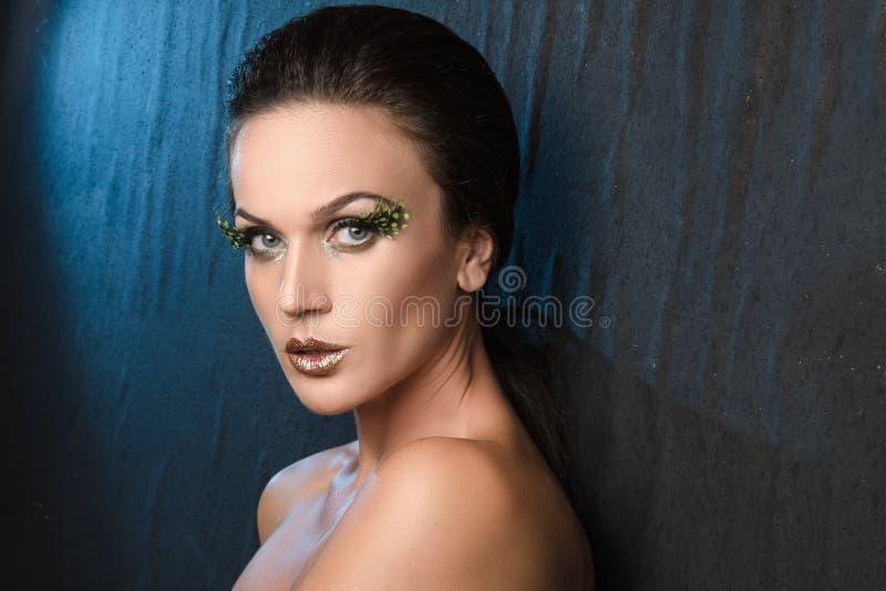 Πορτρέτο ομορφιάς μιας γυναίκας στο ύφασμα υποβάθρου, μπλε backlight στοκ φωτογραφία με δικαίωμα ελεύθερης χρήσης