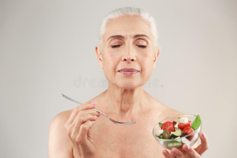 Πορτρέτο ομορφιάς μιας ικανοποιημένης ημίγυμνης ηλικιωμένης γυναίκας στοκ φωτογραφίες
