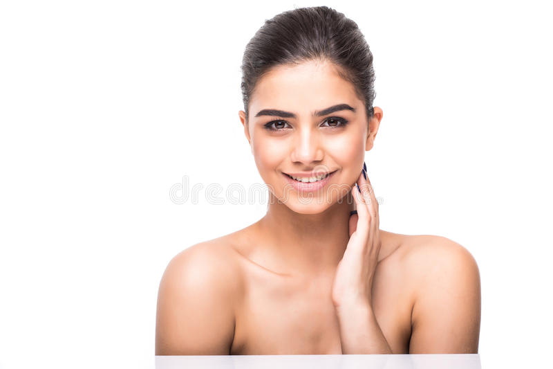 Πορτρέτο ομορφιάς μιας χαμογελώντας γυναίκας με το φρέσκο δέρμα που εξετάζει τη κάμερα απομονωμένης σε ένα άσπρο υπόβαθρο στοκ εικόνες