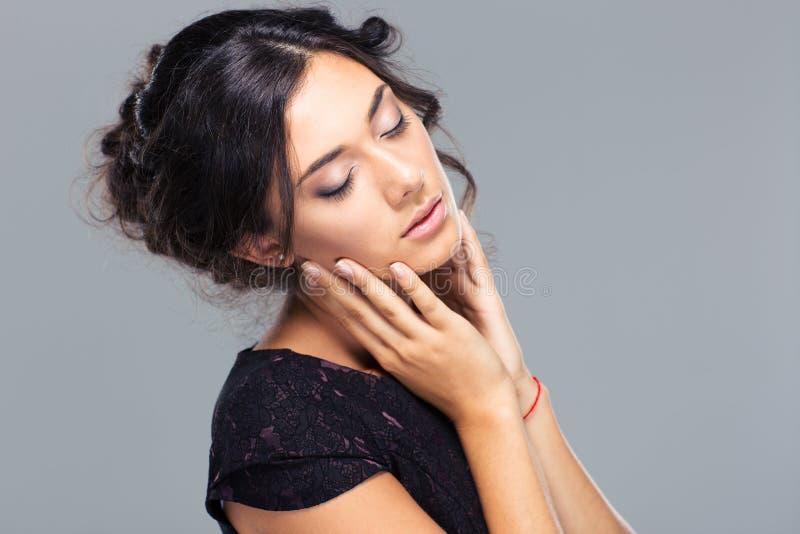 Πορτρέτο ομορφιάς μιας χαριτωμένης γυναίκας με τις ιδιαίτερες προσοχές στοκ εικόνα