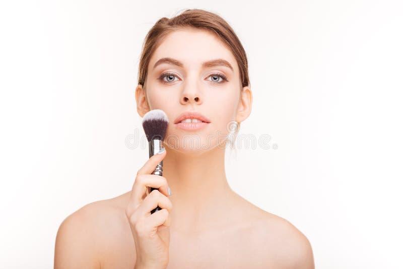Πορτρέτο ομορφιάς της αισθησιακής γοητευτικής νέας βούρτσας εκμετάλλευσης γυναικών makeup στοκ εικόνα με δικαίωμα ελεύθερης χρήσης