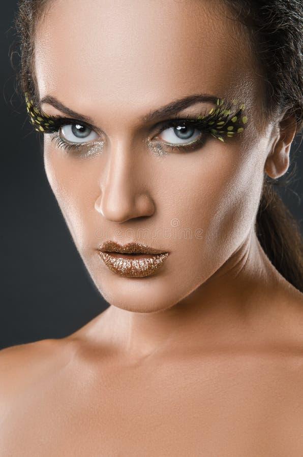 Πορτρέτο ομορφιάς της ελκυστικής γυναίκας με το μεγάλο μπάλωμα του πράσινου φτερού eyelashes στοκ φωτογραφίες
