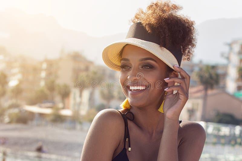 Πορτρέτο ομορφιάς της ελκυστικής γυναίκας στο θερινό καπέλο στοκ εικόνα
