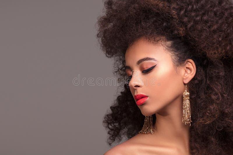 Πορτρέτο ομορφιάς της ελκυστικής γυναίκας στο afro hairstyle στοκ εικόνες