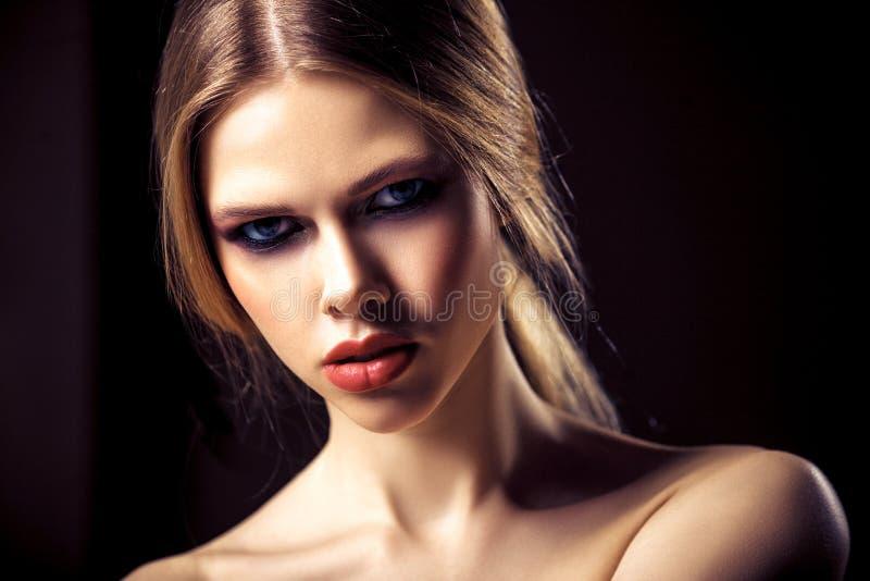 Πορτρέτο ομορφιάς της ελκυστικής νέας γυναίκας με το καθαρό όμορφο πρόσωπο δερμάτων στοκ φωτογραφία με δικαίωμα ελεύθερης χρήσης
