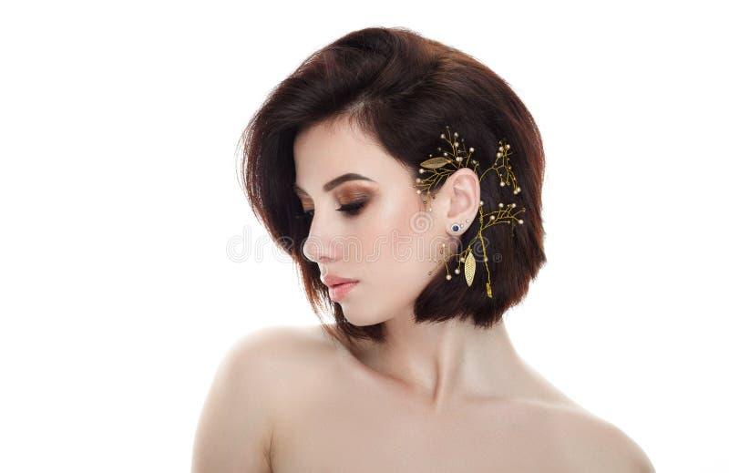 Πορτρέτο ομορφιάς της ενήλικης λατρευτής φρέσκιας κοιτάζοντας γυναίκας brunette με το κλειστό headpiece makeup ματιών πανέμορφο d στοκ φωτογραφία με δικαίωμα ελεύθερης χρήσης
