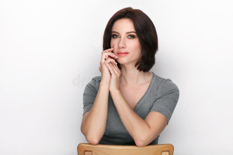 Πορτρέτο ομορφιάς της ενήλικης λατρευτής φρέσκιας κοιτάζοντας γυναίκας brunette με την τοποθέτηση hairdo βαριδιών στο άσπρο κλίμα στοκ εικόνες