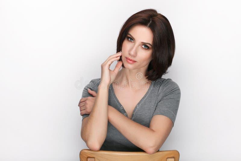 Πορτρέτο ομορφιάς της ενήλικης λατρευτής φρέσκιας κοιτάζοντας γυναίκας brunette με την τοποθέτηση hairdo βαριδιών στο άσπρο κλίμα στοκ φωτογραφία με δικαίωμα ελεύθερης χρήσης