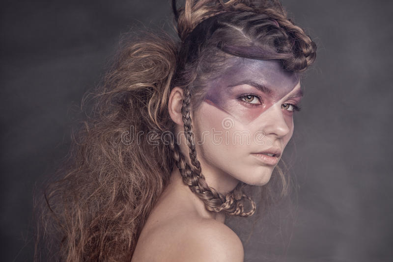 Πορτρέτο ομορφιάς της ελκυστικής κυρίας brunette στοκ εικόνα με δικαίωμα ελεύθερης χρήσης
