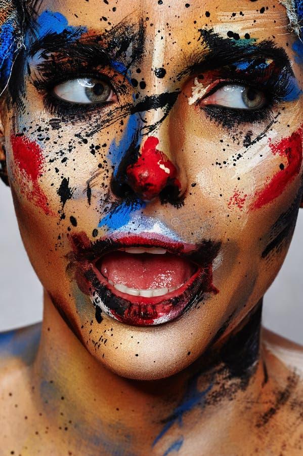 Πορτρέτο ομορφιάς της νέας γυναίκας με τη σύνθεση κλόουν στοκ φωτογραφία με δικαίωμα ελεύθερης χρήσης