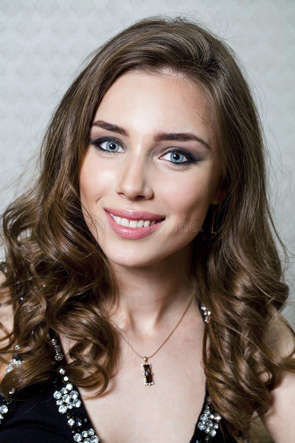 Πορτρέτο ομορφιάς της νέας γυναίκας brunette, που απομονώνεται στο γκρίζο backgr στοκ φωτογραφία με δικαίωμα ελεύθερης χρήσης