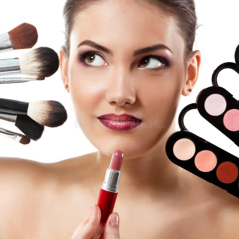 Πορτρέτο ομορφιάς της νέας όμορφης γυναίκας με τις βούρτσες makeup, λι στοκ εικόνα