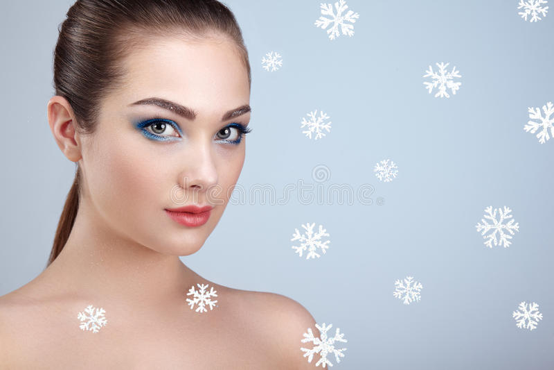 Πορτρέτο ομορφιάς της νέας όμορφης γυναίκας πέρα από χιονώδη στοκ φωτογραφίες