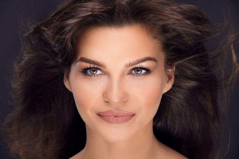 Πορτρέτο ομορφιάς της φυσικής γυναίκας brunette στοκ εικόνες
