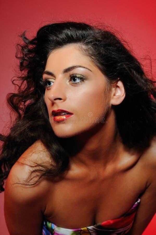 Πορτρέτο ομορφιάς της όμορφης γυναίκας με το σγουρό τρίχωμα στοκ εικόνες με δικαίωμα ελεύθερης χρήσης