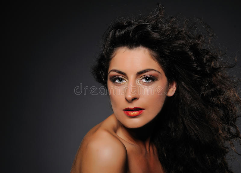 Πορτρέτο ομορφιάς της όμορφης γυναίκας με το σγουρό τρίχωμα στοκ φωτογραφία με δικαίωμα ελεύθερης χρήσης