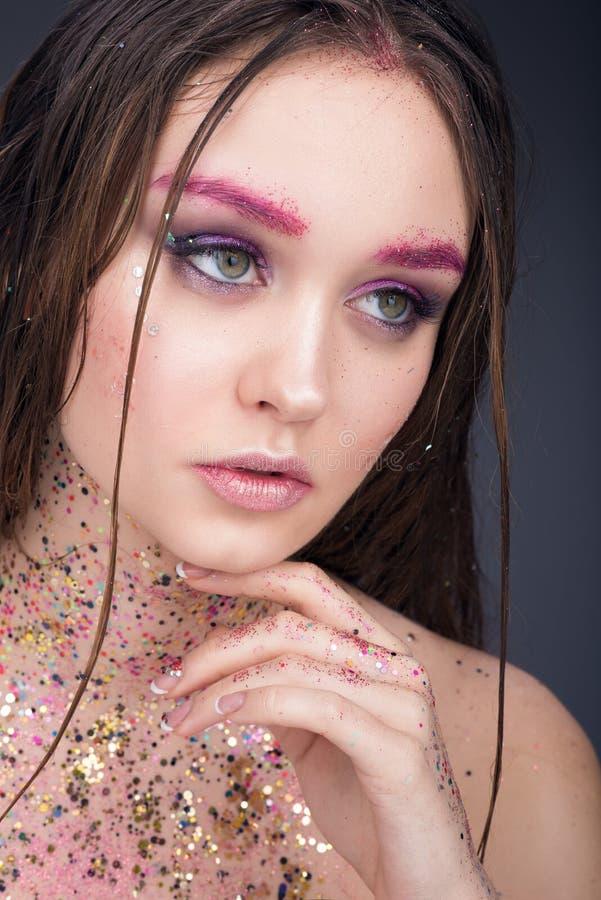 Πορτρέτο ομορφιάς της όμορφης νέας γυναίκας με την υγρή τρίχα Φωτεινό επαγγελματικό makeup στοκ φωτογραφία με δικαίωμα ελεύθερης χρήσης