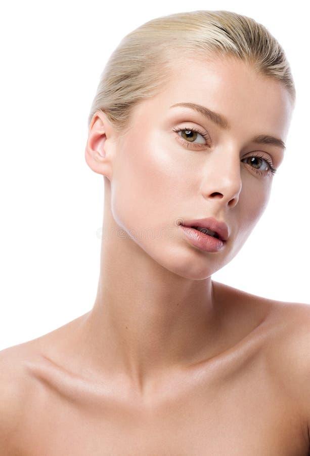 Πορτρέτο ομορφιάς της όμορφης νέας γυναίκας που απομονώνεται στο άσπρο υπόβαθρο Καλό χαμόγελο στοκ εικόνα