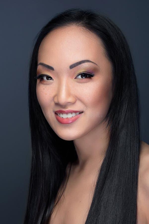 Πορτρέτο ομορφιάς του ασιατικού προτύπου με το εύθυμο χαμόγελο στοκ φωτογραφίες