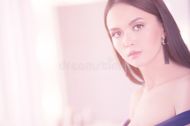 Πορτρέτο ομορφιάς του θηλυκού προσώπου με το φυσικό δέρμα στοκ φωτογραφίες με δικαίωμα ελεύθερης χρήσης