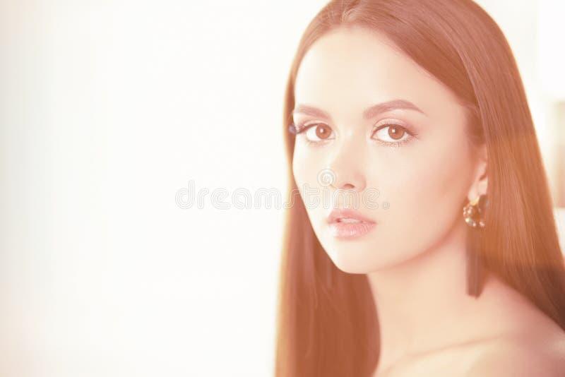Πορτρέτο ομορφιάς του θηλυκού προσώπου με το φυσικό δέρμα στοκ φωτογραφίες