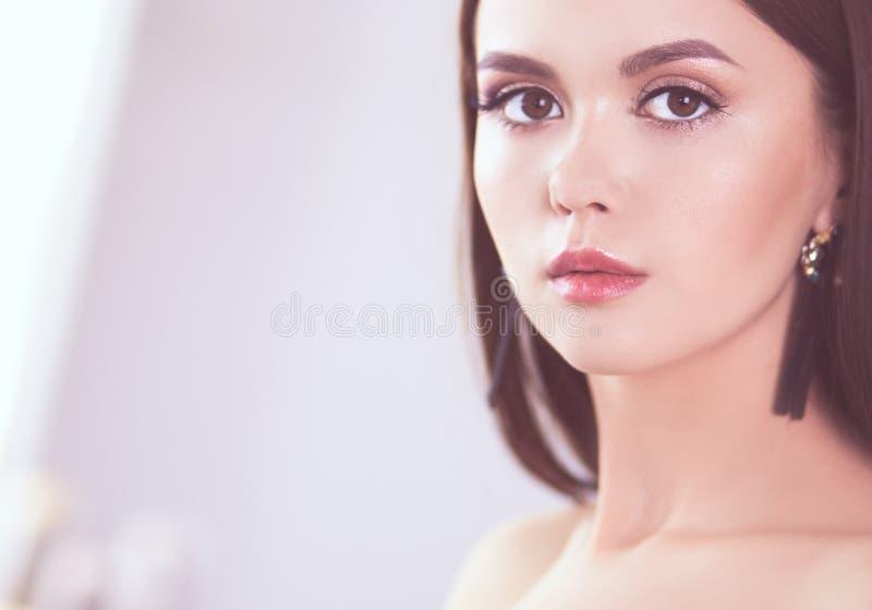 Πορτρέτο ομορφιάς του θηλυκού προσώπου με το φυσικό δέρμα στοκ εικόνα