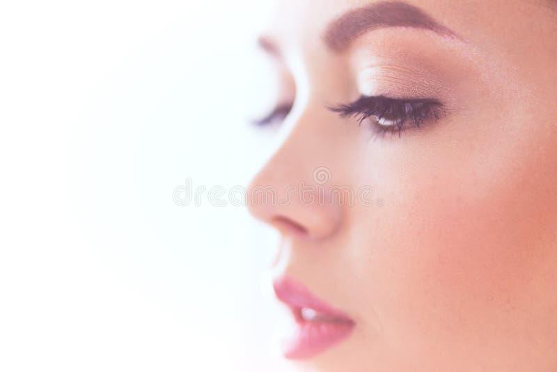 Πορτρέτο ομορφιάς του θηλυκού προσώπου με το φυσικό δέρμα στοκ φωτογραφία