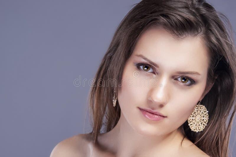 Πορτρέτο ομορφιάς του νέου καυκάσιου θηλυκού δέρματος με την υγιή τρίχα για φυσικό καλλυντικό Makeup στοκ φωτογραφία