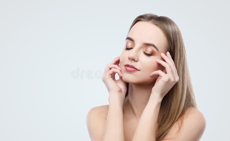 Πορτρέτο ομορφιάς του νέου προτύπου με το επαγγελματικό makeup στοκ εικόνα με δικαίωμα ελεύθερης χρήσης