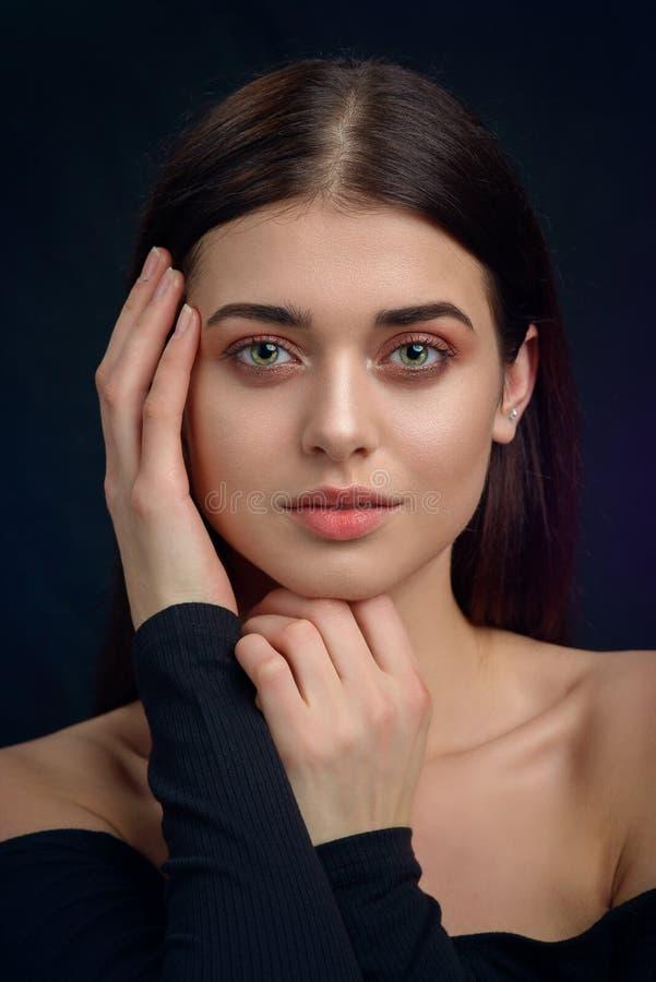 Πορτρέτο ομορφιάς χείλια μιας νέας γυναίκας στοκ εικόνες