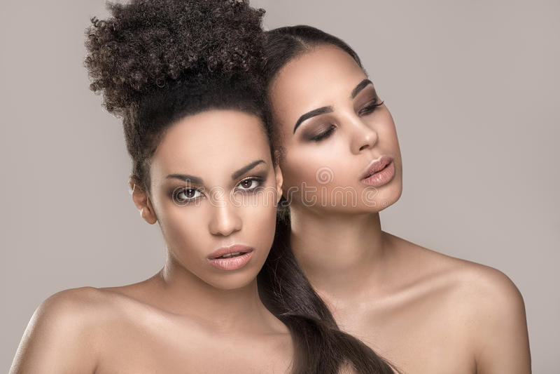 Πορτρέτο ομορφιάς δύο κοριτσιών αφροαμερικάνων στοκ φωτογραφία με δικαίωμα ελεύθερης χρήσης