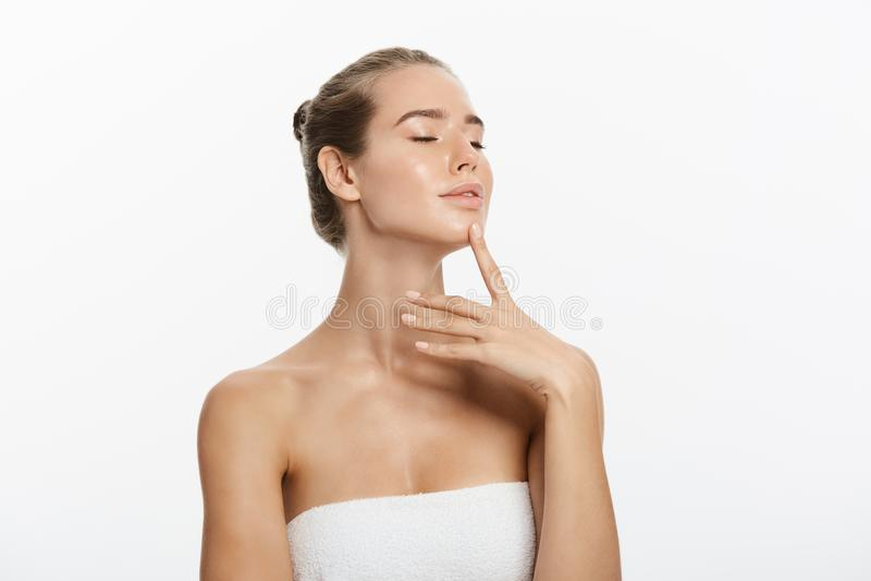 Πορτρέτο ομορφιάς Beautiful Spa γυναίκα σχετικά με το πρόσωπό της Τέλειο φρέσκο δέρμα E Νεολαία και γυναίκα πορτρέτου δερμάτων Ca στοκ εικόνες