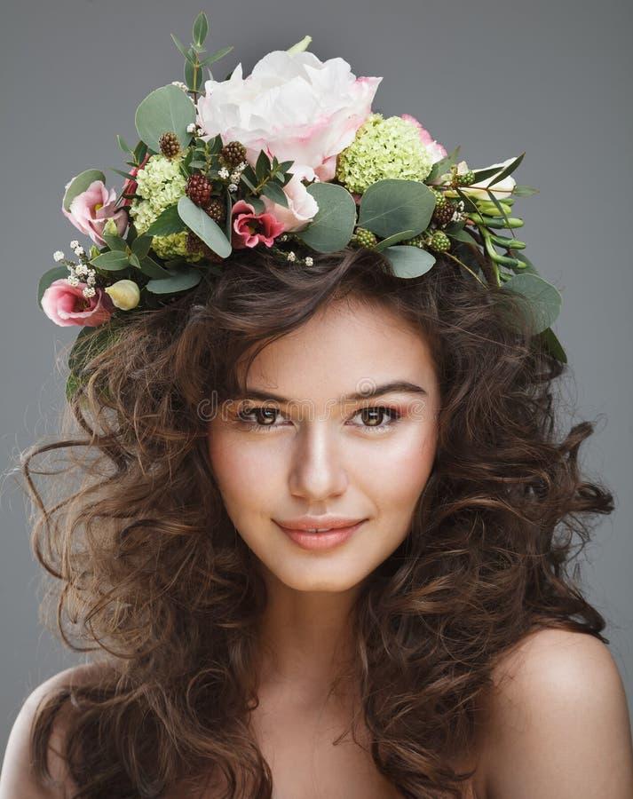 Πορτρέτο ομορφιάς Stubio της χαριτωμένης νέας γυναίκας με την κορώνα λουλουδιών στοκ φωτογραφίες