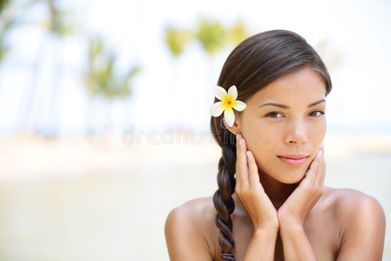 Πορτρέτο ομορφιάς Wellness της χαλαρώνοντας γαλήνιας γυναίκας στοκ εικόνες