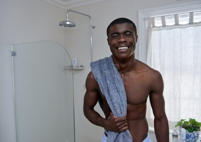 Πορτρέτο λουτρών πετσετών ατόμων στοκ εικόνα με δικαίωμα ελεύθερης χρήσης