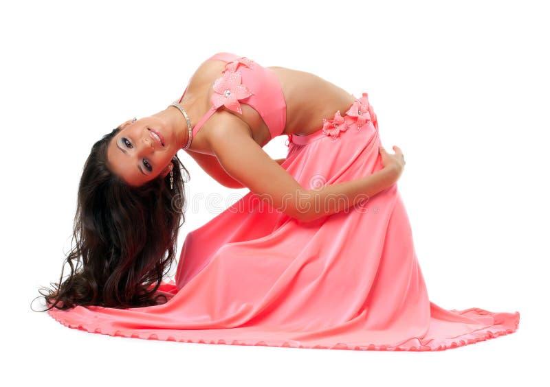 Χαμογελώντας ασιατικός χορευτής στο ρόδινο κοστούμι στοκ εικόνες