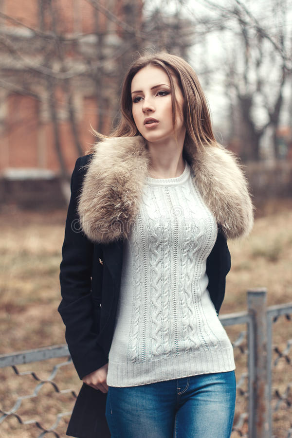 Πορτρέτο οδών μόδας μιας όμορφης γυναίκας στο παλτό γουνών στοκ εικόνες