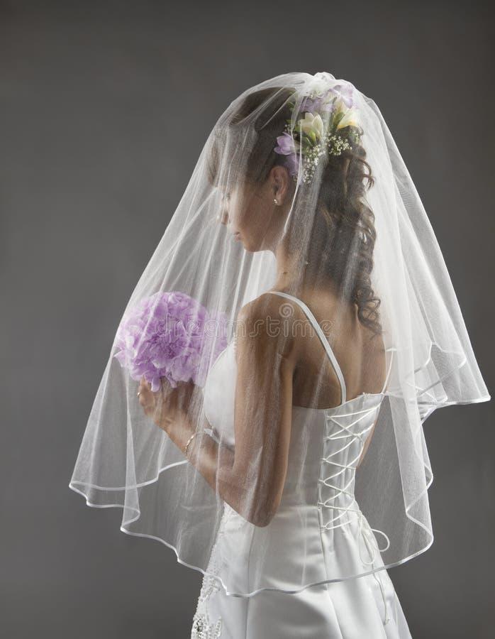 Πορτρέτο πέπλων νυφών, ύφος γαμήλιας νυφικό τρίχας, ανθοδέσμη λουλουδιών στοκ φωτογραφία με δικαίωμα ελεύθερης χρήσης