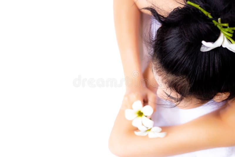 Πορτρέτο που γοητεύει την όμορφη γυναίκα Το ελκυστικό κορίτσι στηρίζεται στοκ εικόνες με δικαίωμα ελεύθερης χρήσης