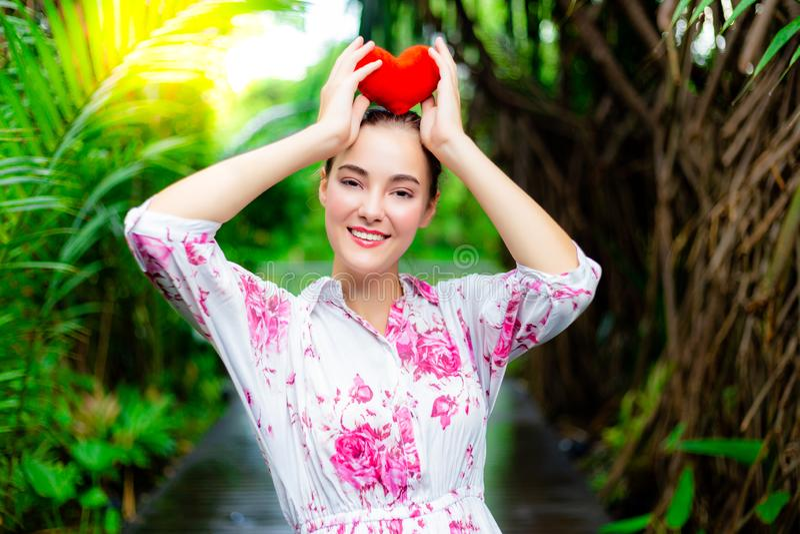 Πορτρέτο που γοητεύει την όμορφη ερωτευμένη γυναίκα Ελκυστικός όμορφος στοκ φωτογραφίες