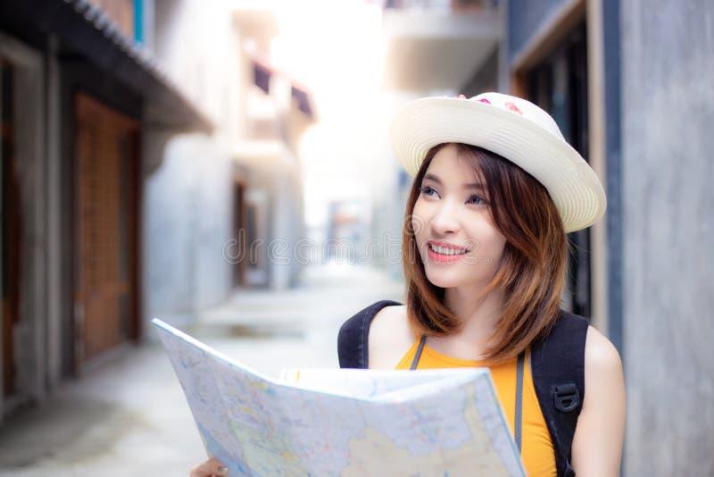 Πορτρέτο που γοητεύει την όμορφη ταξιδιωτική γυναίκα Πανέμορφο όμορφο γ στοκ εικόνα με δικαίωμα ελεύθερης χρήσης