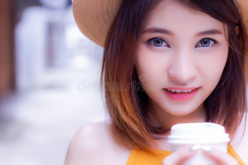 Πορτρέτο που γοητεύει το όμορφο πρόσωπο woman's Ελκυστικός όμορφος στοκ φωτογραφίες με δικαίωμα ελεύθερης χρήσης