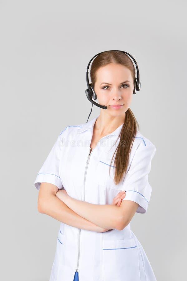 Πορτρέτο που χαμογελά τον εύθυμο τηλεφωνικό χειριστή υποστήριξης στην κάσκα στοκ φωτογραφία με δικαίωμα ελεύθερης χρήσης