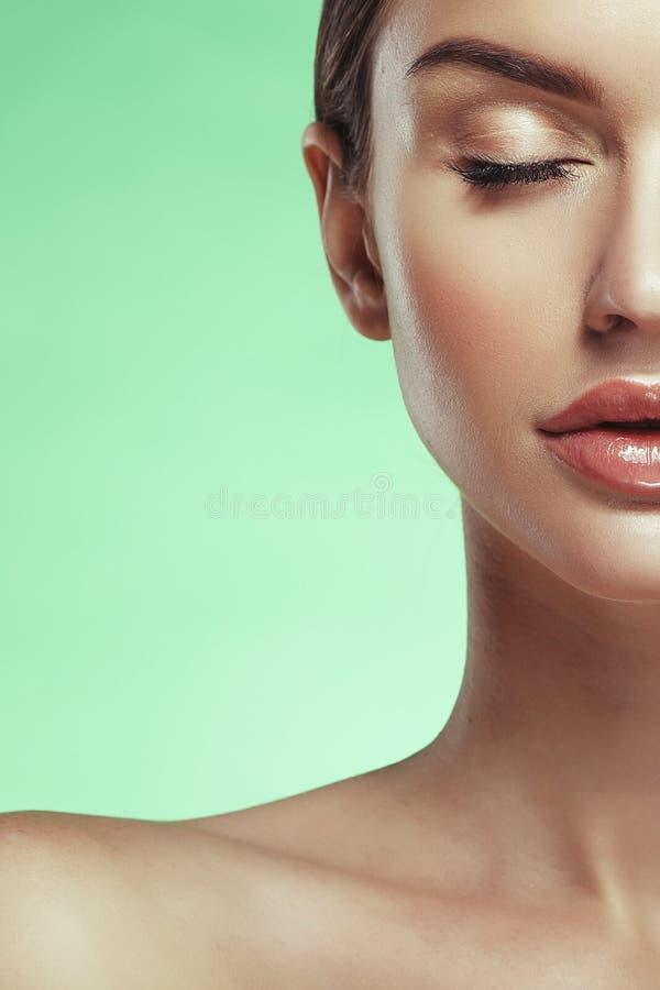 Πορτρέτο προσώπου γυναικών ομορφιάς Όμορφο πρότυπο κορίτσι με τέλειο FR στοκ φωτογραφία